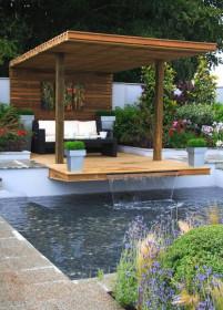 Красивый водопад в саду