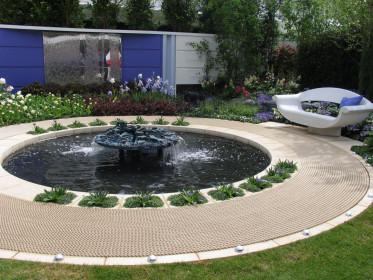 Мини-парк для посетителей и сотрудников с фонтаном