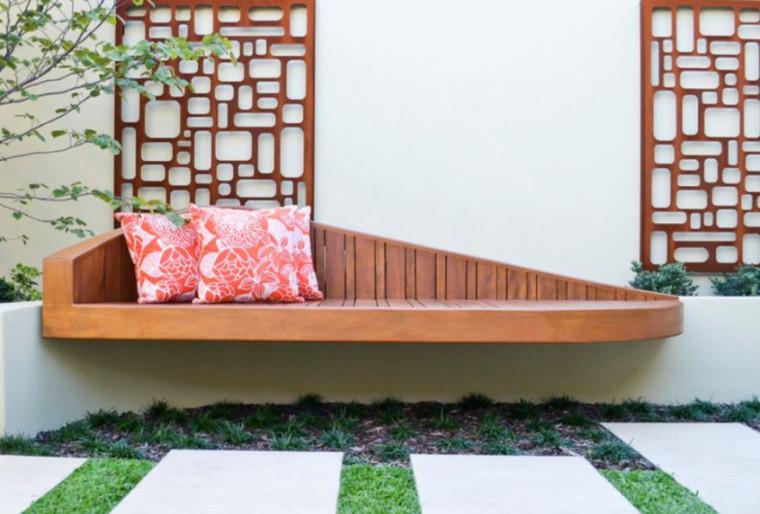 Встроенные скамейки для патио на загородном участке