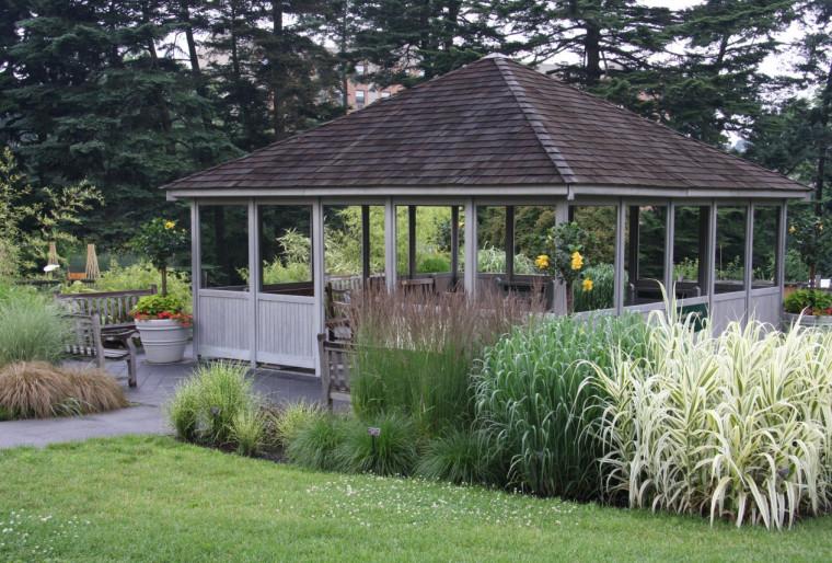Беседка – комфортное место для отдыха на природе в вашем саду