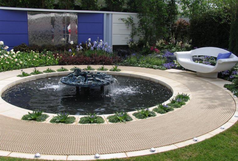 Мини-парк с фонтаном для посетителей и сотрудников