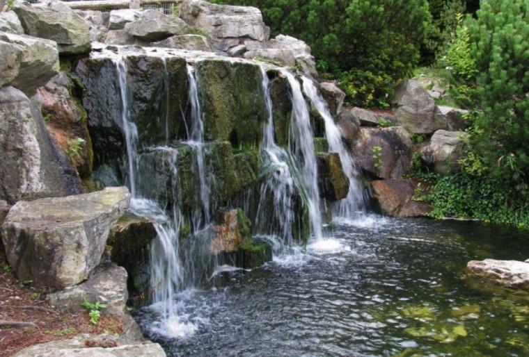 Природные водопады на участке